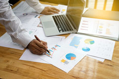 Un programma di lavoro dell'uomo d'affari l'affare e l'analisi Fotografia Stock
