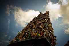 Un projectile large d'un temple indou avec des cravings Photographie stock