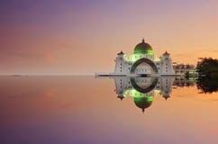 Un propósito panorámico de flotar la mezquita pública durante puesta del sol impresionante Imágenes de archivo libres de regalías
