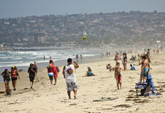 Un propager de jeu de père et de fils la plage Photo libre de droits