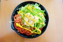 Un prosciutto arrostito e peperoni verdi del pollo sulle insalate Immagine Stock Libera da Diritti