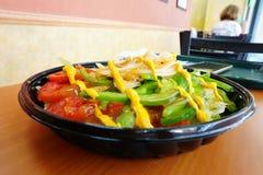 Un prosciutto arrostito e peperoni verdi del pollo sulle insalate Immagine Stock
