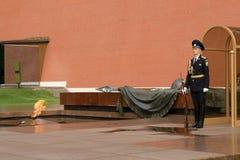 Un protector de honor en la llama eterna Foto de archivo libre de regalías