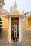 Un protector de palacio en su poste del palacio en Phnom Penh Fotos de archivo libres de regalías