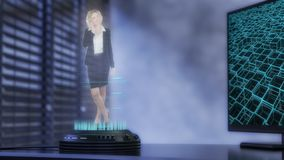Un proyector del holo proyecta a una mujer de negocios comprensiva fotos de archivo