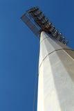Un proyector en el cielo azul Fotos de archivo
