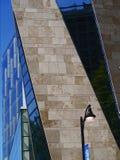 Un psttern de las diagonales del edificio foto de archivo