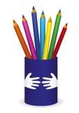 Un puñado de color dibujó a lápiz en una taza Imágenes de archivo libres de regalías