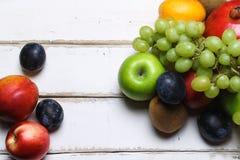 Un puñado de fruta en la tabla Foto de archivo