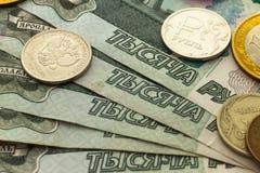 Un puñado de monedas rusas de diversas denominaciones Imágenes de archivo libres de regalías