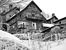 Un pueblo de montaña suizo en invierno Fotografía de archivo libre de regalías