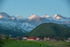 Un pueblo en las colinas en un día nublado fotografía de archivo libre de regalías