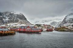 Un pueblo en las islas de Lofoten, Noruega foto de archivo libre de regalías