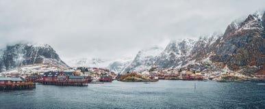 Un pueblo en las islas de Lofoten, Noruega Panorama imagen de archivo