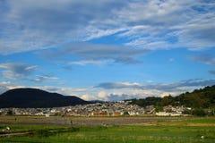 Un pueblo en las montañas foto de archivo libre de regalías