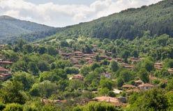Un pueblo en las montañas balcánicas Imágenes de archivo libres de regalías