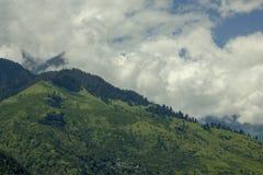 Un pueblo en una colina en las montañas fotografía de archivo