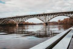 Un puente de acero sobre un r?o imágenes de archivo libres de regalías