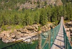 Un puente de balanceo sobre un barranco en Montana fotografía de archivo libre de regalías