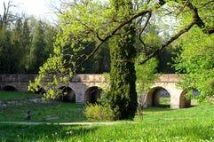 Un puente de Edades Medias en el parque Fotos de archivo libres de regalías