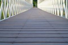 Un puente de madera en un parque de la salud Foto de archivo