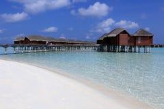 Un puente de madera estira hacia fuera al mar Maldivas Imagenes de archivo