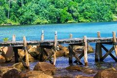 Un puente de madera a lo largo de la costa Foto de archivo