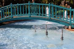 Un puente de madera sobre la piscina con las fuentes en el parque del 100o aniversario de Ataturk Alanya, Turquía Fotografía de archivo