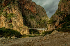 Un puente del metal en el medio de las montañas Foto de archivo