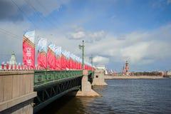Un puente del palacio adornado con las banderas en un primero de mayo soleado Día de la victoria en St Petersburg Foto de archivo libre de regalías
