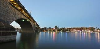 Un puente en el crepúsculo, ciudad de Londres de Lake Havasu Imagen de archivo libre de regalías