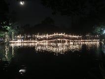Un puente en noche de la Luna Llena imágenes de archivo libres de regalías