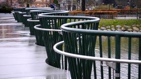 Puente decorativo sobre el agua en lluvia Imágenes de archivo libres de regalías