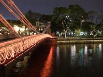 Un puente encendido en el río de Singapur Foto de archivo libre de regalías