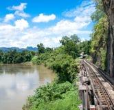 Un puente ferroviario junto al río Kwai es un río en Tailandia occidental en la provincia de Kanchanaburi con día nublado del cie foto de archivo