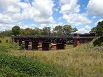 Un puente ferroviario viejo dilapidado Fotos de archivo libres de regalías