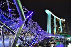 Un puente formado hélice en la bahía del puerto deportivo Imágenes de archivo libres de regalías