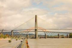 Un puente grande que atraviesa el río Fraser de Vancouver Fotografía de archivo libre de regalías