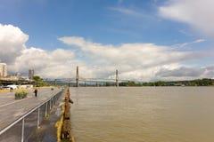 Un puente grande que atraviesa el río Fraser de Vancouver Imágenes de archivo libres de regalías