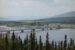 Un puente grande que atraviesa el río Yukón imagen de archivo libre de regalías