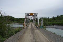 Un puente grande sobre el río Copper foto de archivo