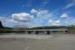 Un puente grande sobre un río ancho imagen de archivo