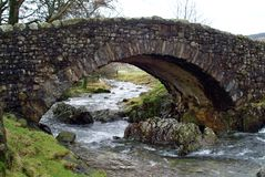 Un puente jorobado en el distrito inglés del lago foto de archivo libre de regalías