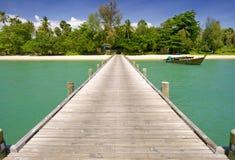 Un puente a la isla del paraíso Foto de archivo libre de regalías