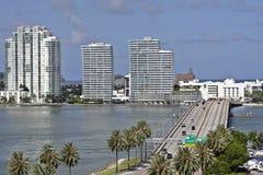 Un puente a la playa del sur de Miami imagen de archivo libre de regalías