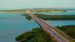 Un puente largo de la carretera que cruza el océano con el tráfico que mueve ambas direcciones metrajes