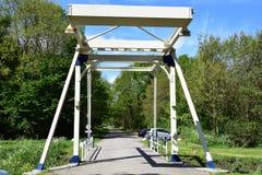 Un puente levadizo en la entrada del parque fotografía de archivo