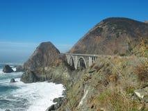 Un puente a lo largo de la carretera de la Costa del Pacífico Fotos de archivo