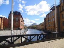 Un puente peatonal de madera sobre un río en Norrköping fotografía de archivo libre de regalías