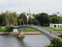 Un puente peatonal jorobado lleva del Kremlin al lado comercial foto de archivo